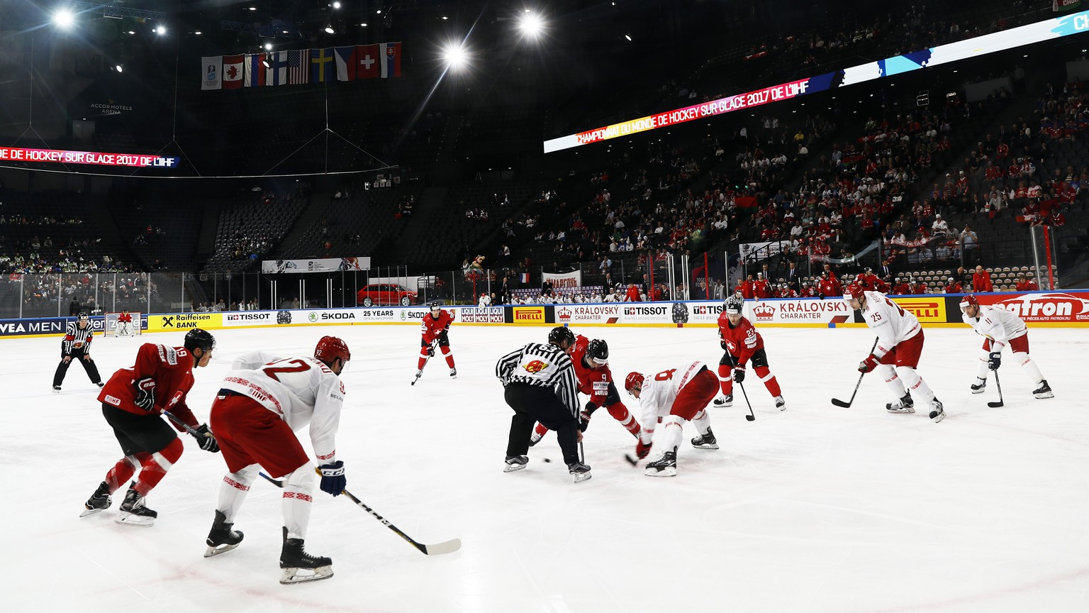 epa05955104 Players in a face-off during IIHF Ice Hockey World Championship 2017 group B preliminary round game between Switzerland and Belarus, in Paris, France, 10 May 2017.  EPA/ETIENNE LAURENT