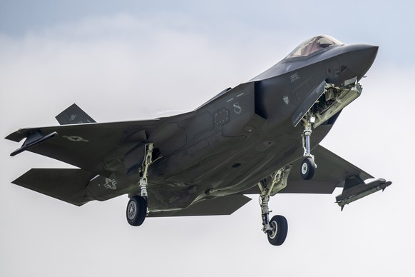 ARCHIV - ZUR WINTERSESSION 2019 MIT DEM THEMA KAMPFFLUGZEUGE, STELLEN WIR IHNEN FOLGENDES BILDMATERIAL ZUR VERFUEGUNG - A Lockheed Martin F-35A fighter jet is pictured during a test and evaluation day at the Swiss Army airbase, in Payerne, Switzerland, Friday, June 7, 2019. (KEYSTONE/Peter Klaunzer)