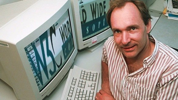 Tim Berners-Lee, 43, director of the World Wide Web Consortium at the Massachusetts Institute of Technology in Cambridge, Mass., poses in his office Monday, June 1, 1998. Berners-Lee, a native of London, is a recipient of the 1998 MacArthur Fellowship carrying a stipend of $270,000 for his work in pioneering the World Wide Web. (KEYSTONE/AP/Elise Amendola) === ELECTRONIC IMAGE ===