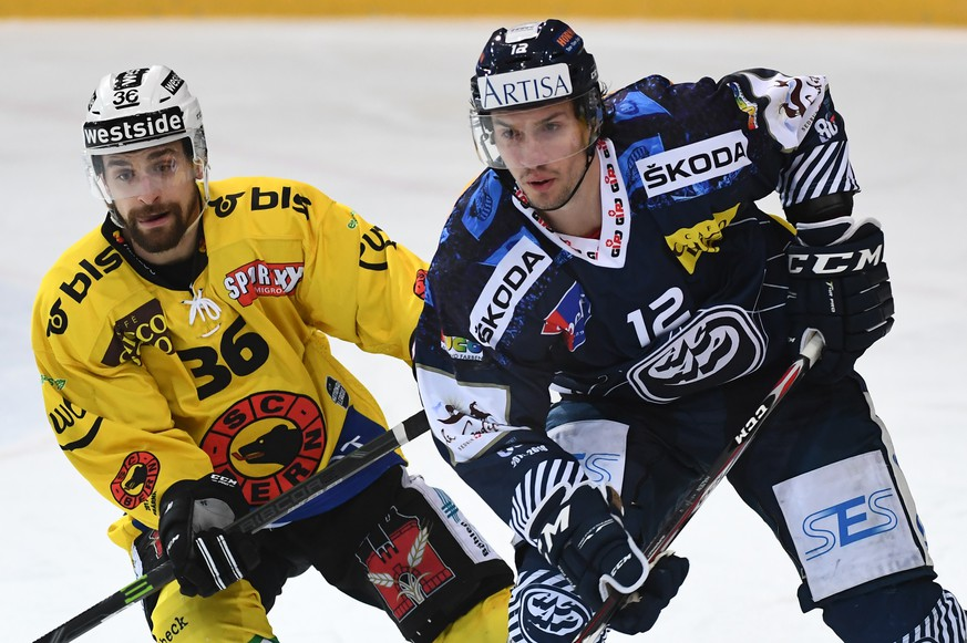Bern's player Mark Arcobello, left, fights for the puck with Ambri's player Jonathan Hazen, right, during the preliminary round game of National League Swiss Championship between HC Ambri Piotta and SC Bern, at the ice stadium Valascia in Ambri, Switzerland, Saturday, December 16, 2017. (KEYSTONE/Ti-Press/Gabriele Putzu)