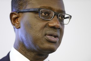 ZUR MELDUNG, DASS DER CREDIT SUISSE CHEF TIDJANE THIAM SEINEN LOHN DEUTLICH GEKUERZT HAT, STELLEN WIR IHNEN AM DONNERSTAG 24. MAERZ 2016 FOLGENDES ARCHIVBILD ZUR VERFUEGUNG. - Tidjane Thiam, CEO of Swiss bank Credit Suisse speaks during a press conference in Zurich, Switzerland, Wednesday, October 21, 2015. Credit Suisse CEO Tidjane Thiam hinted at a wave of job cuts at the Swiss bank, after unveiling disappointing third-quarter profits and informs about various measures to slash spiralling costs. (KEYSTONE/Walter Bieri)