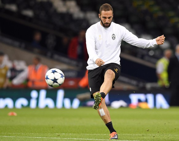 epa06006710 Juventus' forward Gonzalo Higuain in action during their team's training session at the National Stadium of Wales in Cardiff, Britain, 02 June 2017. Juventus FC will face Real Madrid in the UEFA Champions League final in Cardiff on 03 June 2017.  EPA/DANIEL DAL ZENNARO