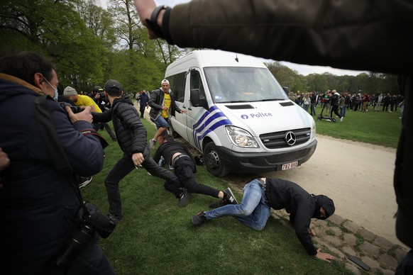 epa09171814 Police clash with people gathering to protest againt the government-imposed anti-Covid measures during an unauthorized event dubbed 'La Boum 2' in Brussels, Belgium, 01 May 2021.  The first 'La Boum' on 01 April resulted in massive clashed with police.  EPA/OLIVIER HOSLET