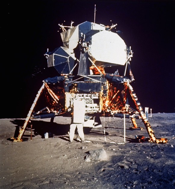 ARCHIV --- ZUM 50. JAHRESTAG DES ERSTEN BEMANNTEN FLUGES MIT APOLLO 11 UND DER MONDLANDUNG AM SAMSTAG, 20. JULI 2019, STELLEN WIR IHNEN FOLGENDES BILDMATERIAL ZUR VERFUEGUNG --- Astronaut Edwin E. Aldrin Jr., lunar module pilot, prepares to deploy the Early Apollo Scientific Experiments Package (EASEP) during the Apollo 11 lunar surface extravehicular activity, July 20, 1969. Astronaut Neil A. Armstrong, commander, took this photograph with a 70 mm lunar surface camera. During flight the EASEP is stowed in the Lunar Module scientific bay at the left rear quadrant of the descent stage looking forward. Aldrin is removing the EASEP from its stowed position. (AP Photo/NASA)
