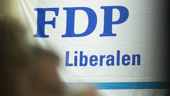 Das Logo der FDP ist auf Transparent zu sehen an der Delegiertenversammlung der FDP des Kantons Bern in Bueren an der Aare am Mittwoch, 4. Februar 2015. (KEYSTONE/Thomas Hodel)