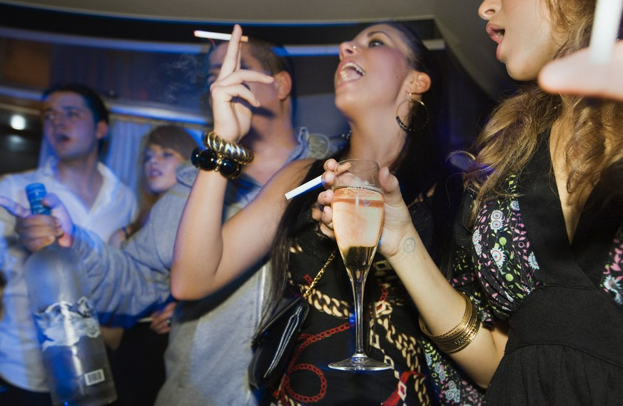 Young people having champagne and vodka with cigarettes at the nightclub St. Germain in Zurich, Switzerland, pictured on June 3, 2008. (KEYSTONE/Martin Ruetschi)  Junge Leute konsumieren am 3. Juni 2008 im Nachtklub St. Germain in Zuerich, Schweiz, Vodka, Zigaretten und Champagner. (KEYSTONE/Martin Ruetschi)