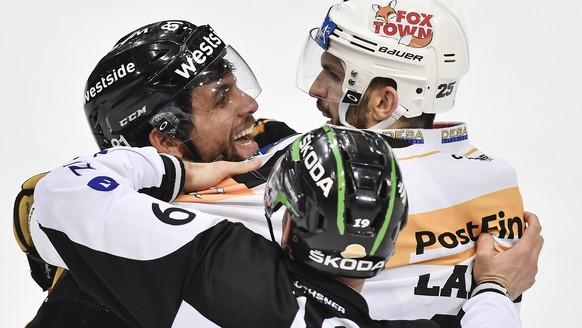 Berns Thomas Ruefenacht, links, streitet sich mit Luganos Maxim Lapierre im dritten Eishockey Playoff-Halbfinalspiel der National League A zwischen dem SC Bern und dem HC Lugano am Samstag, 25. Maerz 2017, in der PostFinance Arena in Bern. (KEYSTONE/Peter Schneider)