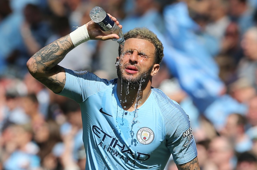 epa07517394 Manchester City's Kyle Walker refreshes himself during the English Premier League soccer match between Manchester City and Tottenham Hotspur at the Etihad Stadium in Manchester, Britain, 20 April 2019.  EPA/NIGEL RODDIS EDITORIAL USE ONLY. No use with unauthorized audio, video, data, fixture lists, club/league logos or 'live' services. Online in-match use limited to 120 images, no video emulation. No use in betting, games or single club/league/player publications.