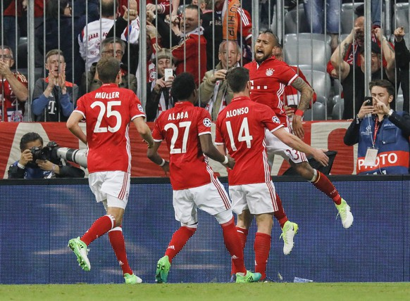 epa05904991 Bayern's Arturo Vidal (R) celebrates with teammates after scoring the 1-0 goal during the UEFA Champions League quarter final, first leg soccer match between Bayern Munich and Real Madrid at Allianz Arena in Munich, Germany, 12 April 2017.  EPA/RONALD WITTEK