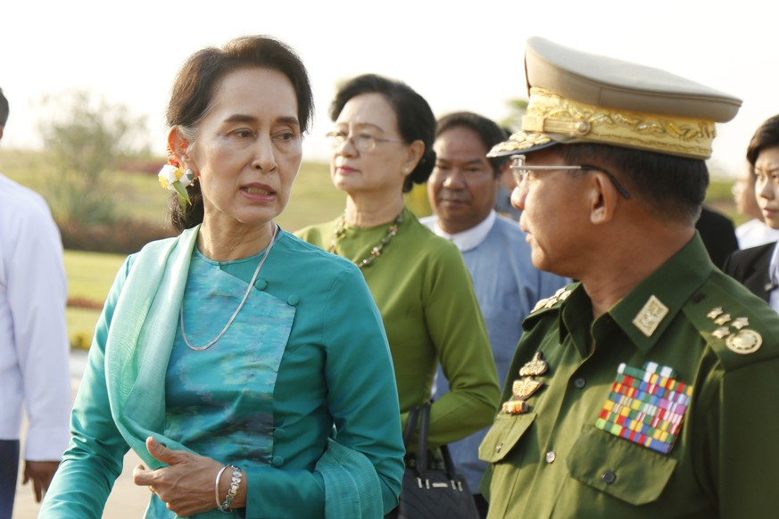 epa08979222 (FILE) - Senior General Min Aung Hlaing (R) and Myanmar Foreign Minister and State Counselor Aung San Suu Kyi (L) arrive to Naypyitaw International Airport in Naypyitaw, Myanmar, 06 May 2016 (reissued 01 February 2021). According to media reports, Myanmar's army has seized power after arresting leading politicians over allegations of fraud in the Novemeber democratic elections.  EPA/HEIN HTET  EPA-EFE/HEIN HTET *** Local Caption *** 56582681