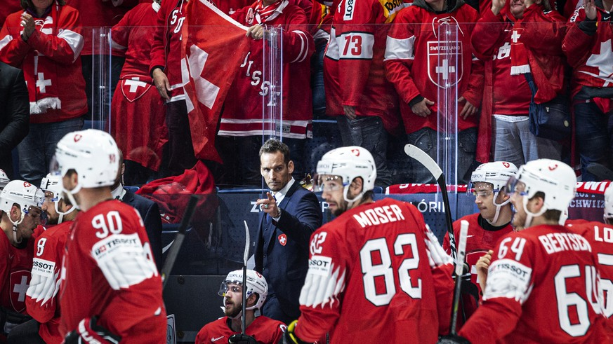 Switzerland`s coach Patrick Fischer celebrates with the team after scoring 2:0 during the game between Switzerland and Austria, at the IIHF 2019 World Ice Hockey Championships, at the Ondrej Nepela Arena in Bratislava, Slovakia, on Thusday, May 14, 2019. (KEYSTONE/Melanie Duchene)