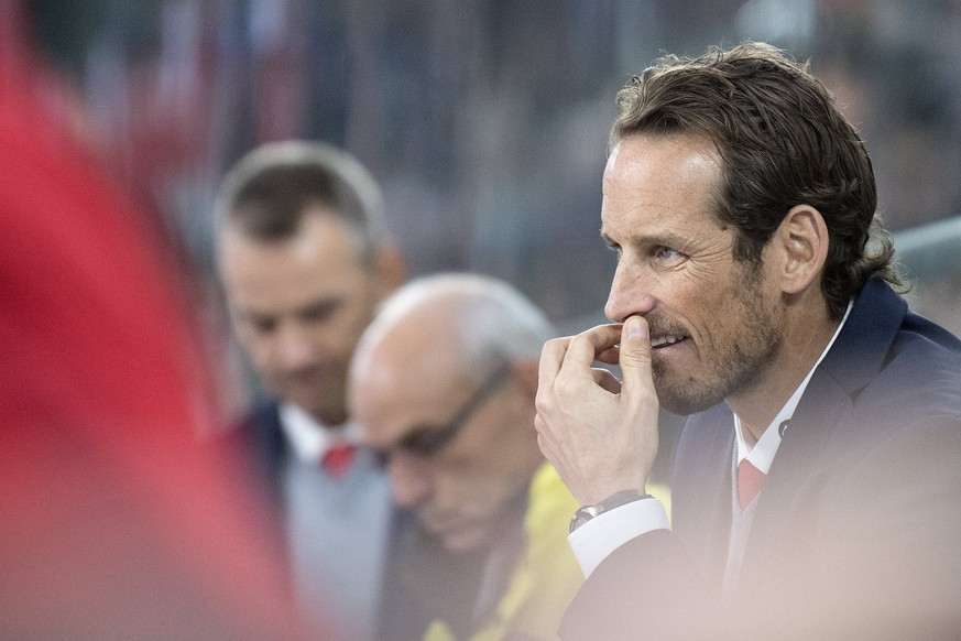 epa06316630 Patrick Fischer, head coach of Switzerland national ice hockey team, looks on during the 2017 Karjala Cup ice hockey match between Switzerland and Canada in the Tissot Arena in Biel, Switzerland, on Wednesday, November 8, 2017.  EPA/PETER SCHNEIDER