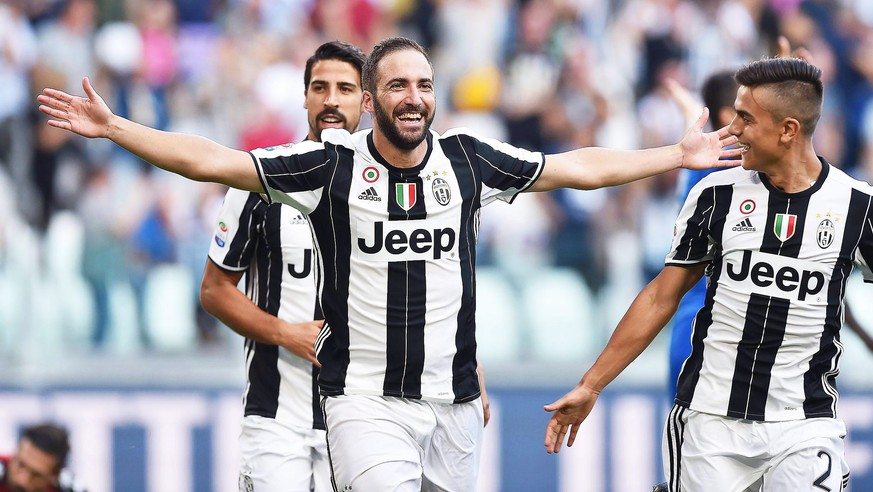 epa05533669 Juventus' Gonzalo Higuain (C) celebrates with his teammates Paulo Dybala (R) and Sami Khedira (L) after scoring a goal during the Italian Serie A soccer match between Juventus FC and US Sassuolo Calcio at Juventus Stadium in Turin, Italy, 10 September 2016.  EPA/ALESSANDRO DI MARCO