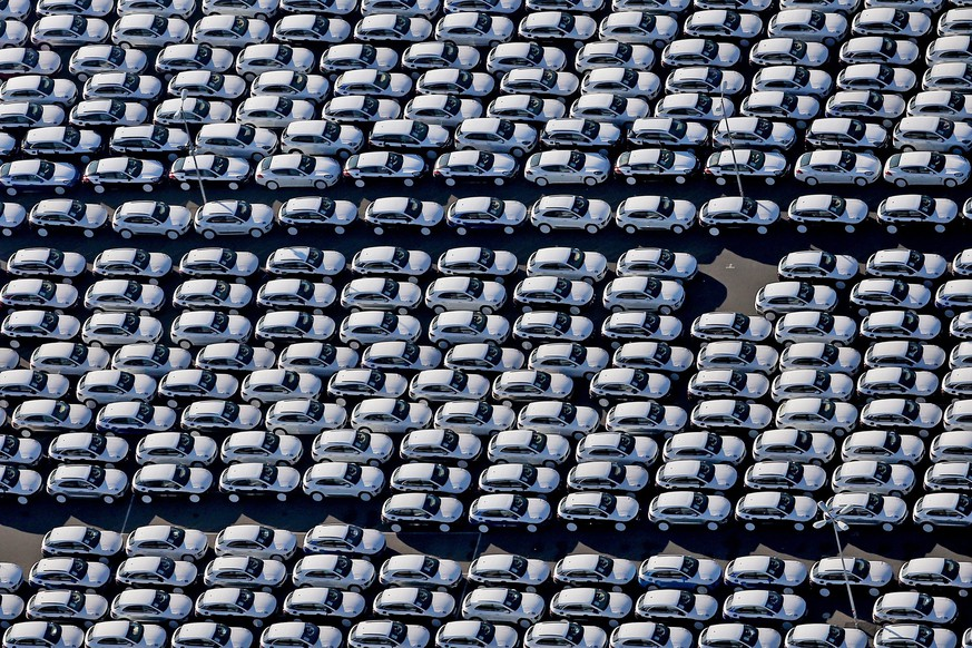 epa05009455 An aerial view of a parking lot filled with new Porsche cars, on the grounds of the Porsche manufacturing plant in Leipzig, Germany, 03 November 2015. The brands Porsche and Audi, which are part of the Volkswgen Group, are under suspicion as part of the VW emissions scandal.  EPA/JAN WOITAS