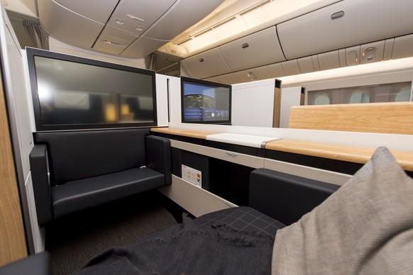 Blick in ein Abteil der First Class der Boeing 777-300ER am Flughafen Zuerich KIoten am Freitagm29. Januar 2016. Das neue Langstreckenflugzeug bietet mehr Platz und Komfort bei niedrigerem Treibstoffverbrauch. (KEYSTONE/NICK SOLAND)