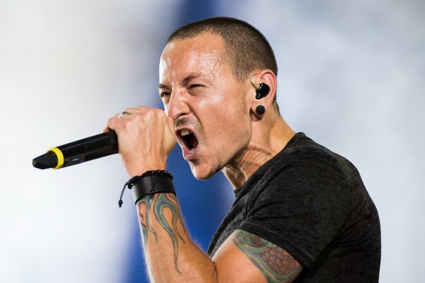 epa06099813 (FILE) - Singer Chester Bennington of the US rock band Linkin Park performs during a concert in Wroclaw, Poland, 05 June 2014 (reissued 20 July 2017). According to media reports on 20 July 2017, Bennington was found dead at his home near Los Angeles.  EPA/MACIEJ KULCZYNSKI POLAND OUT