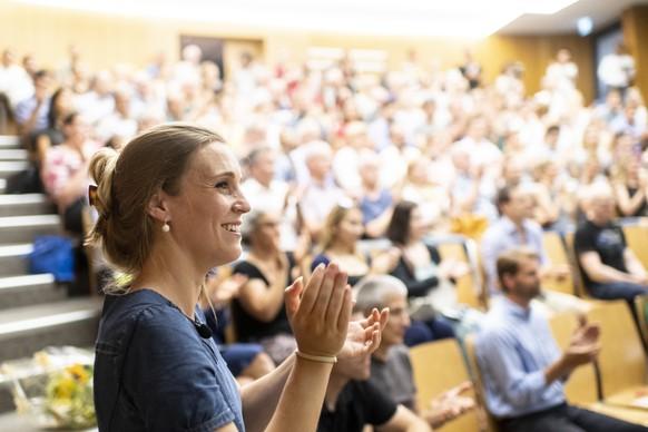 Corina Gredig applaudiert an der Mitgliederversammlung der Gruenliberalen Partei Kanton Zuerich, aufgenommen am Dienstag, 25. Juni 2019 in Zuerich. (KEYSTONE/Ennio Leanza)