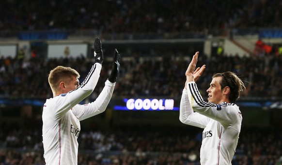 Real Madrid's Gareth Bale (R) celebrates scoring against Ludogorets with team mate Toni Kroos during their Champions League Group B soccer match  at Santiago Bernabeu stadium in Madrid December 9, 2014. REUTERS/Susana Vera (SPAIN - Tags: SPORT SOCCER TPX IMAGES OF THE DAY)