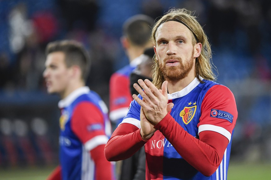 A sad looking Michael Lang of FC Basel acknowledges the fans after the UEFA Champions League round of sixteen first leg soccer match between Switzerland's FC Basel 1893 and England's Manchester City FC in the St. Jakob-Park stadium in Basel, Switzerland, on Tuesday, February 13, 2018. (KEYSTONE/Georgios Kefalas)