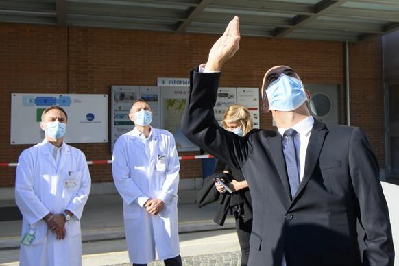 Bundesrat Alain Berset beobachtet eine landende Drohne mit Blutproben waehrend einem Besuch im Ospedale Italiano von Lugano, zur Situation der Coronavirus-Pandemie im Kanton Tessin, am Donnerstag, 19. November 2020, in Lugano. (KEYSTONE/Anthony Anex)