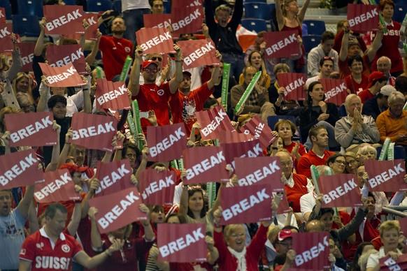 06.04.2014; Genf; Tennis Davis Cup - Schweiz - Kasachstan; Zuschauer halten Break-Schilder in die Luft(Urs Lindt/freshfocus)