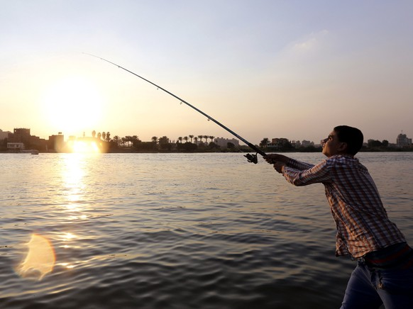 An Egyptian man fishes at the river Nile in Cairo November 18, 2014.  REUTERS/Mohamed Abd El Ghany (EGYPT - Tags: SOCIETY TRAVEL)