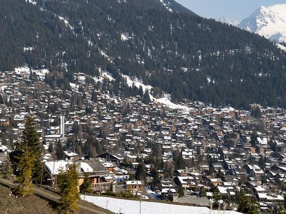 Im Walliser Wintersportort Verbier gibt es zahlreiche Ferienhäuser. Wegen des Coronavirus sollen jetzt das Dorf und die ganze Region unter Quarantäne gestellt werden. (Archivbild)
