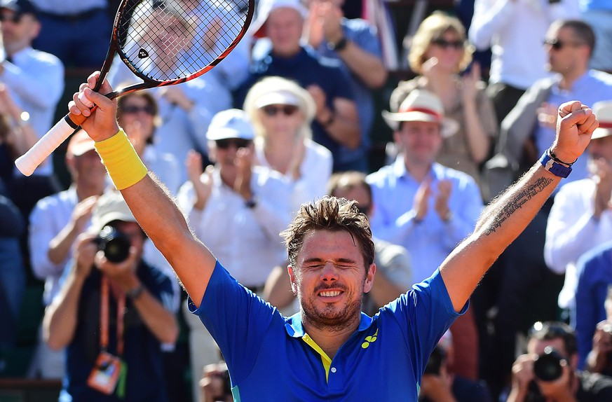 epa06019238 Stanislas Wawrinka of Switzerland reacts after winning against Andy Murray of Britain during their men's singles semi final match during the French Open tennis tournament at Roland Garros in Paris, France, 09 June 2017.  EPA/CAROLINE BLUMBERG