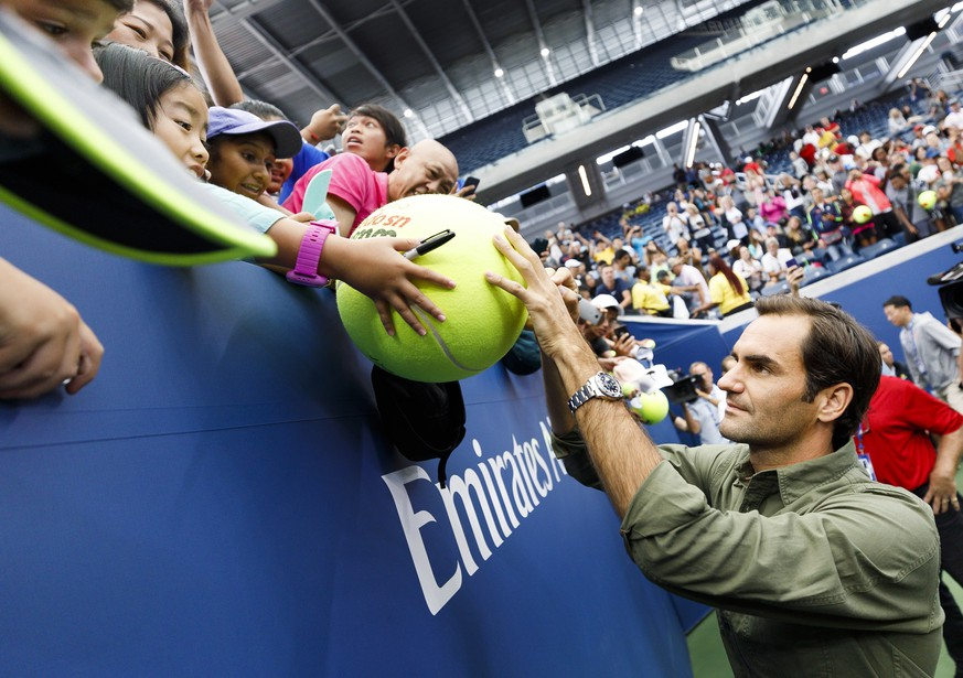 epaselect epa07788766 Tennis player Roger Federer of Switzerland signs autographs during US Open Media Day at the USTA Billie Jean King National Tennis Center in Flushing Meadows, New York, USA, 23 August 2019. The US Open tennis tournament begins on 26 August 2019.  EPA/JUSTIN LANE