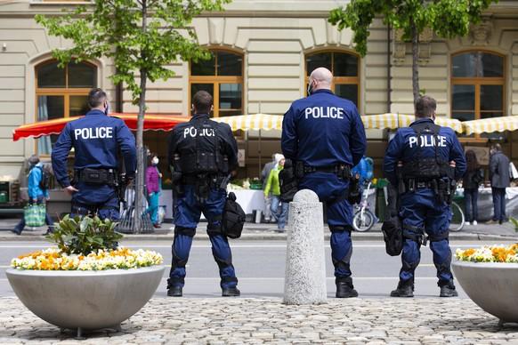 Polizisten beobachten das Geschehen auf dem Markt in der Naehe des Bundesplatzes, am Samstag, 15. Mai 2021, in Bern. Heute werden Demonstranten gegen die Massnahmen im Zusammenhang mit dem Coronavirus in Bern erwartet. (KEYSTONE/Peter Klaunzer)
