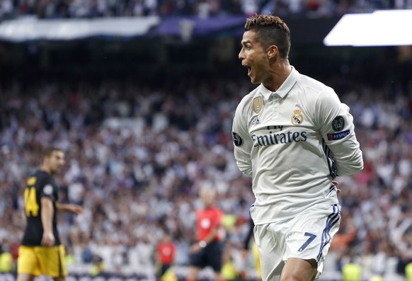 epa05941073 Real Madrid's Portuguese striker Cristiano Ronaldo celebrates his 1-0 goal with teammates sagainst Atletico de Madrid during the UEFA Champions League semifinal match between Real Madrid and Atletico de Madrid at the Santiago Bernabeu stadium in Madrid, Spain, 02 May 2017.  EPA/Chema Moya