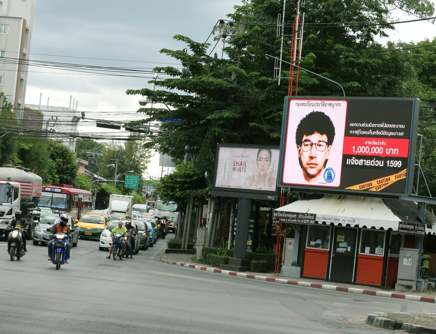 epa04894079 The billboard displays 'Thailand's most wanted' with a detailed sketch of a man suspected of planting a bomb near the Erawan Shrine, at traffic lights on a police booth in Bangkok, Thailand, 23 August 2015. A suspected bomber is believed to have left a backpack shortly before a bomb went off on 17 August 2015 in a busy business district, to display on the billboard at traffic light around the Bangkok city. A bomb attack at the Hindu Erawan Shrine in Ratchaprasong Intersections, a busy business district of Bangkok that is popular with tourists, killed at least 20 people and injured 123, including foreign tourists. The blast is not thought to be the work of international terrorist organizations, police said, after investigators consulted with Interpol and foreign intelligence agencies.  EPA/NARONG SANGNAK