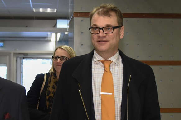 epa04707578 Centre Party leader Juha Sipilä arriving to the Finnish Broadcasting Company studios to attend a election debate in Helsinki, Finland 16 April 2015.  EPA/MARKKU OJALA FINLAND OUT