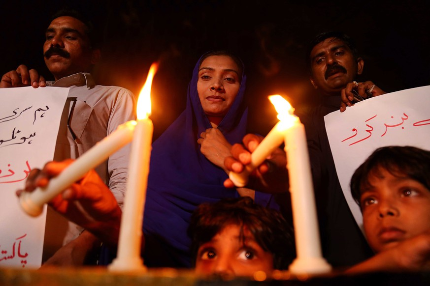 epa07520426 People light candles as they condemn the deadly bomb blasts in Sri Lanka, during a protest in Karachi, Pakistan, 21 April 2019. According to police at least 207 people were killed and more than 400 injured in a coordinated series of blasts during the Easter Sunday service at churches and hotels in Sri Lanka on 21 April 2019.  EPA/SHAHZAIB AKBER