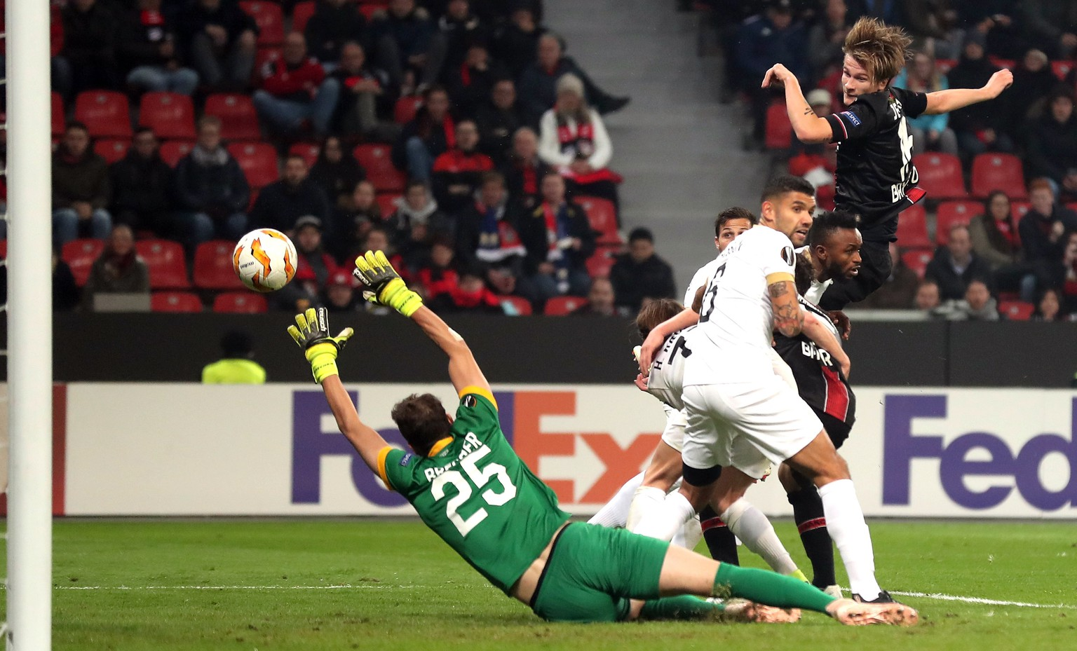 epa07152056 Leverkusen's Tin Jedvaj (R) scoring the first goal during the UEFA Europa League Group A soccer match between Bayer Leverkusen and FC Zuerich in Leverkusen, Germany, 08 November 2018.  EPA/FRIEDEMANN VOGEL