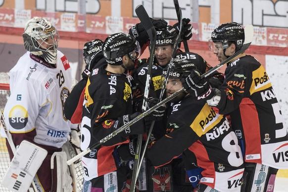 Berns Spieler feiern neben Genfs Goalie Robert Mayer den Treffer zum 2:1 im fuenften Eishockey Playoff-Viertelfinalspiel der National League zwischen dem SC Bern und dem HC Genf Servette, am Dienstag, 20. Maerz 2018, in der PostFinance Arena in Bern. (KEYSTONE/Peter Schneider)