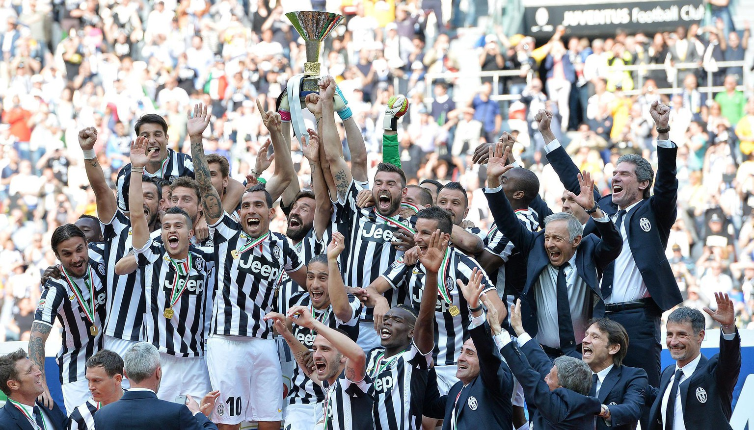 "epaselect epa04212817 Juventus' coach Antonio Conte, players and staff celebrate the ""scudetto"" (Italian championship trophy) at the end of the Italian Serie A soccer match Juventus FC vs Cagliari Calcio at the Juventus Stadium in Turin, Italy, 18 May 2014.  EPA/ALESSANDRO DI MARCO"