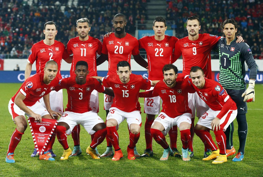 Switzerland's national soccer team pose for a team photo before their Euro 2016 Group E qualifying soccer match against Lithuania at AFG Arena in St. Gallen November 15, 2014. (Front L to R) Gokhan Inler, Francois Moubandje, Blerim Dzemaili, Admir Mehmedi, Xherdan Shaqiri, (back L to R) Stephan Lichtsteiner, Valon Behrami, Johan Djourou, Fabian Schaer, Haris Seferovic and goalkeeper Yann Sommer. REUTERS/Arnd Wiegmann (SWITZERLAND - Tags: SPORT SOCCER)