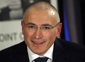 Mikhail Khodorkovsky smiles during his  news conference  in Berlin, Sunday, Dec. 22, 2013. The former oil baron and prominent critic of Russian President Vladimir Putin, Mikhail Khodorkovsky, was reunited with his family in Berlin on Saturday, a day after being released from a decade-long imprisonment in Russia. (AP Photo/Michael Sohn)