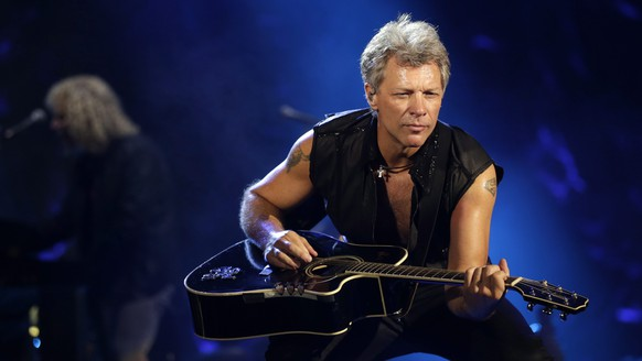 epa04925497 US musician Jon Bon Jovi performs during his band's Bon Jovi Live! concert at the Bung Karno stadium in Jakarta, Indonesia, 11 September 2015.  EPA/MAST IRHAM