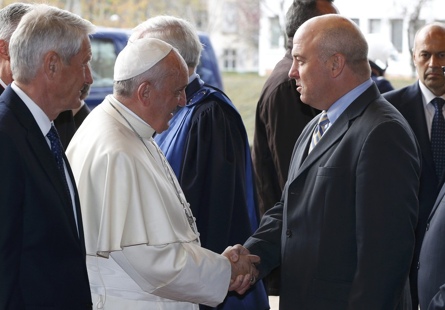 Pope Francis is welcomed by Commissioner for Human Rights Nils Muiznieks as he arrives at the Council of Europe in Strasbourg, November 25, 2014.           REUTERS/Yves Herman (FRANCE  - Tags: POLITICS RELIGION)