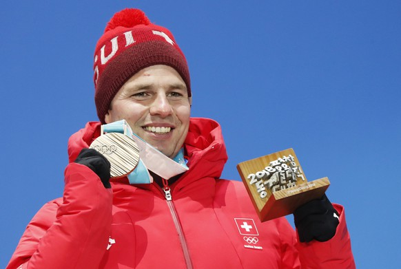 epa06528108 Bronze medal winner Beat Feuz of Switzerland during the medal ceremony for the men's Alpine Downhill race at the PyeongChang 2018 Olympic Games, South Korea, 15 February 2018.  EPA/JEON HEON-KYUN