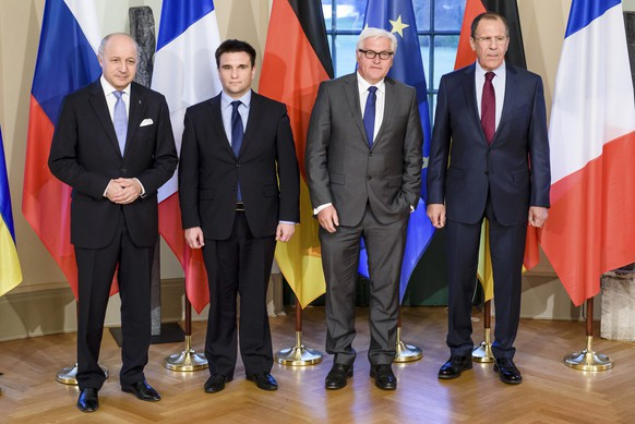 French Foreign Minister Laurent Fabius, Ukrainian Foreign Minister Pavlo Klimkin, German Foreign Minister Frank-Walter Steinmeier and Russian Foreign Minister Sergei Lavrov pose for a group photo in Berlin April 13, 2015.     REUTERS/Clemens Bilan/POOL