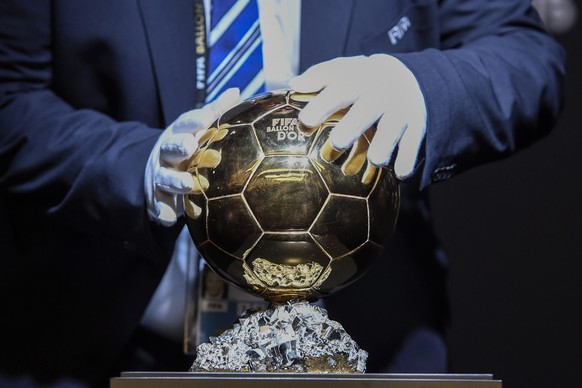 epaselect epa05097310 The trophy for the FIFA Ballon d'Or Award 2015 at the press conference prior to the FIFA Ballon d'Or awarding ceremony at the Kongresshaus in Zurich, Switzerland, 11 January 2016.  EPA/VALERIANO DI DOMENICO