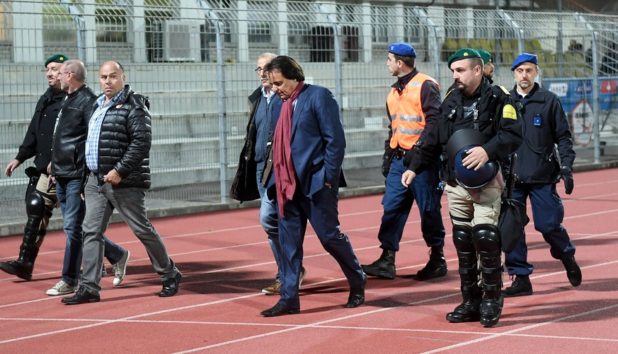 Sion's President Christian Constantin, center, escorted by the police, during the Super League soccer match FC Lugano against FC Sion, at the Cornaredo stadium in Lugano, Thursday September 21, 2017. (KEYSTONE/Ti-Press/Samuel Golay)