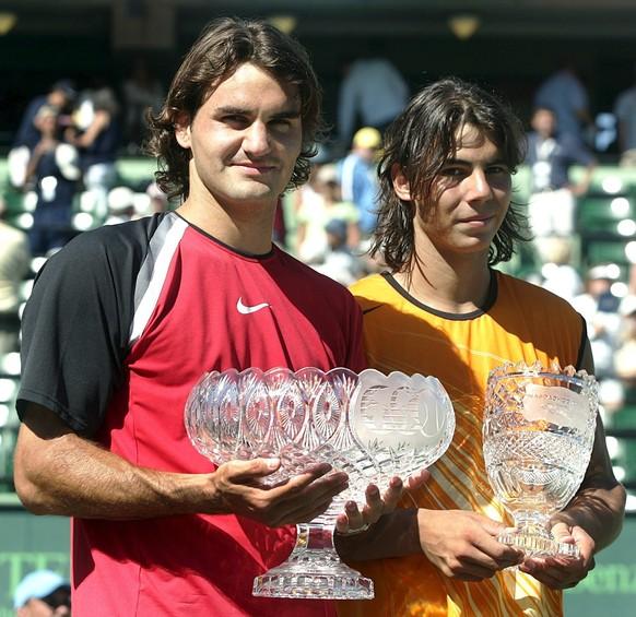 ZUM MAENNER-FINAL AN DEN AUSTRALIAN OPEN 2017 ZWISCHEN ROGER FEDERER UND RAFAEL NADALSTELLEN WIR IHNEN FOLGENDES BILDMATERIAL ZUR VERFUEGUNG - Roger Federer of Switzerland (L) and Rafael Nadal of Spain hold their trophiesafter their finals match at the Nasdaq-100 Open in Key Biscayne, Florida Sunday 03 April 2005. The number one seeded Federer defeated Nadal 2-6, 6-7, 7-6, 6-3, 6-1. (KEYSTONE/EPA/Dominic Ebenbichler)