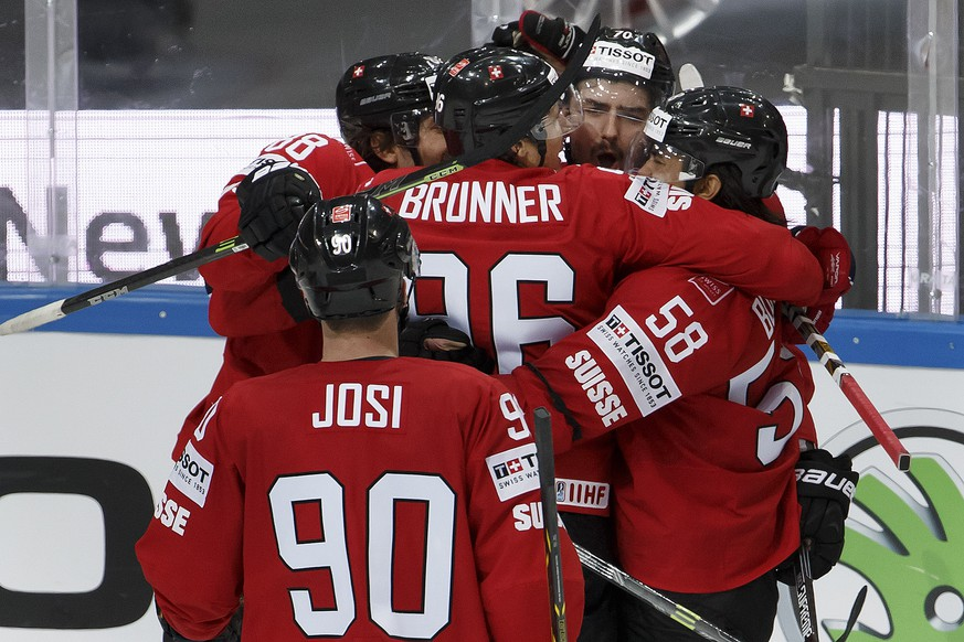 Switzerland's Denis Hollenstein, 2nd right, is celebrated by his teammates, after he scored the 1:0, during the IIHF 2015 World Championship preliminary round game Switzerland vs Germany, at the O2 Arena, in Prague, Czech Republic, Tuesday, May 5, 2015. (KEYSTONE/Salvatore Di Nolfi)