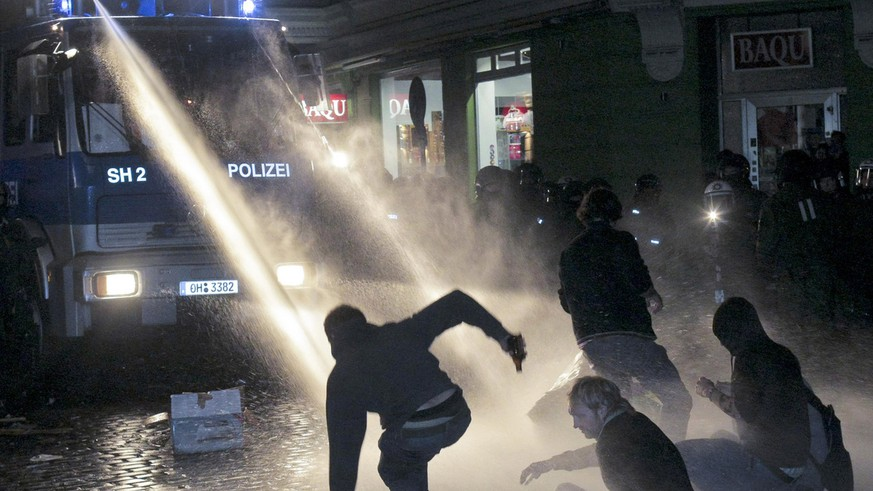 Mit dem Einsatz mehrerer Wasserwerfer beendet die Polizei am fruehen Sonntagmorgen, 13. September 2009, das Schanzenfest im Schanzenviertel in Hamburg. Nach dem Strassenfest hatten mehrere Hundert Personen in der Nacht eine Polizeiwache angegriffen.  (AP Photo/Markus Scholz) -- Police use water canons to end excesses after the so-called Schanzenfest street festival in Hamburg, northern Germany, early Sunday Sept. 13, 2009. Several hundred persons clashed with police forces following the festival that had started peacefully. (AP Photo/Markus Scholz)