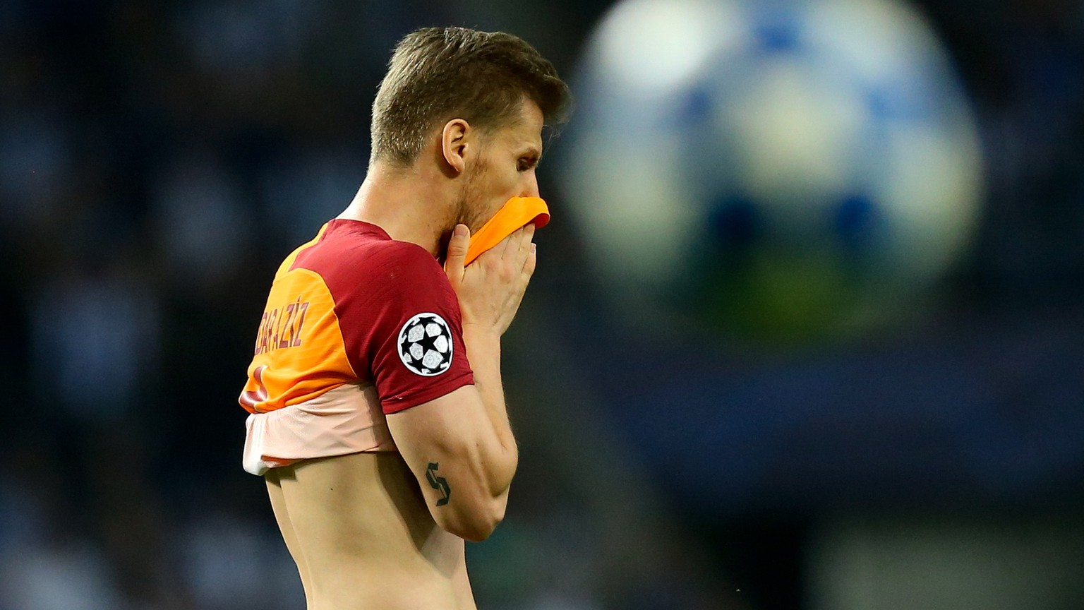 epa07067610 Galatasaray player Serdar Aziz during the UEFA Champions League group D soccer match between Porto and Galatasaray at the Dragao stadium, Porto, Portugal, 03 October 2018.  EPA/JOSE COELHO