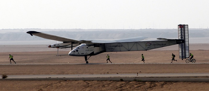 epaselect epa05422594 Solar Impulse 2, the solar powered plane, piloted by Swiss Andre Borschberg, lands at Cairo International Airport in Cairo, Egypt, 13 July 2016. The 16th leg of the round-the-world-trip from Seville in Spain covered a distance of 3,700km and took almost 49 hours.  EPA/KHALED ELFIQI